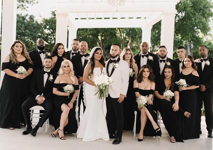 Giọng ca Fetish chụp ảnh cùng dàn phù dâu phù rể trong đám cưới của cô em họ Priscilla DeLeon tại quê nhà Las Vegas.