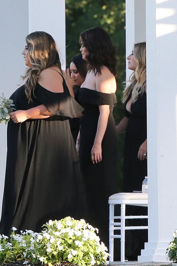 Nữ diễn viên chọn tông trang điểm nhẹ nhàng với son nude và mắt khói khi dự đám cưới.