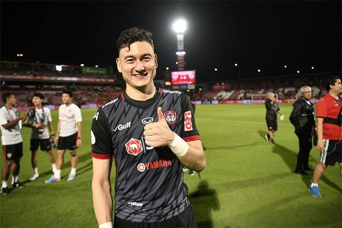 Văn Lâm cười tươi sau chiến thắng của Muangthong United. Ảnh: MTU.