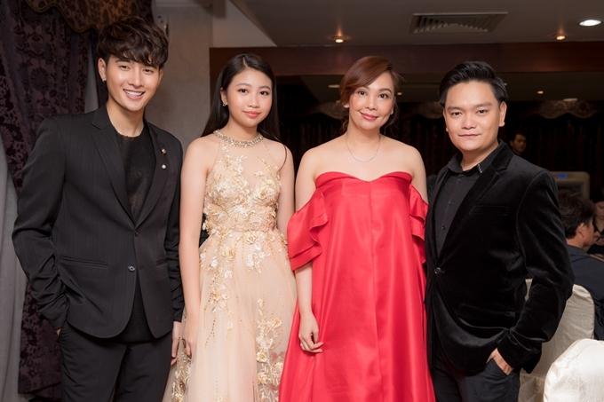 Người mẫu Nhâm Phương Nam (ngoài cùng bên trái) cùng Ngọc Lan Vy, Trịnh Tú Trung chụp ảnh với một nghệ sĩ quốc tế. Sắp tới, bộ ba sẽ cùng góp mặt trong một dự án phim của châu Á, trình chiếu tại Việt Nam, Malaysia và Thái Lan trong năm 2020.