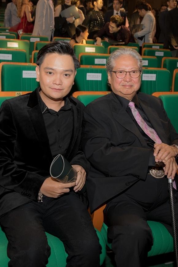 Trong chuỗi sự kiện của LHP năm nay, Trịnh Tú Trung phấn khởi khi gặp mặt siêu sao võ thuật Hồng Kim Bảo. Nghệ sĩ gạo cội Hong Kong được trao giải Thành tựu trọn đời với những cống hiến cho màn bạc châu Á nhiều thập niên qua.
