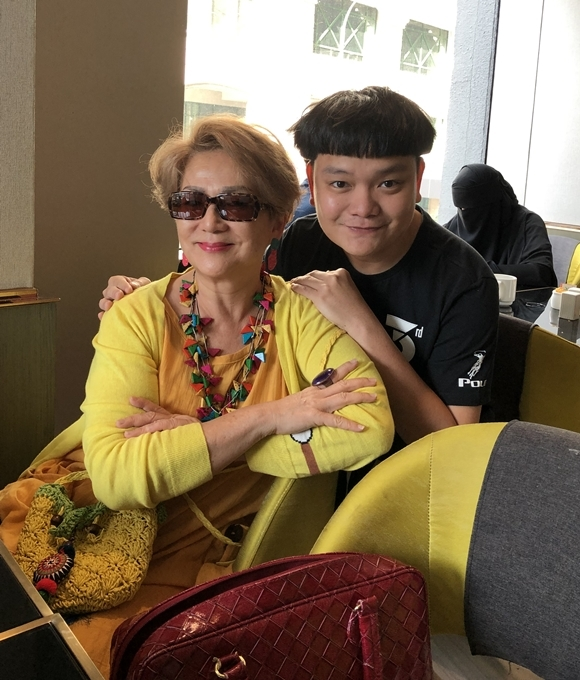 Không chỉ vậy, nam diễn viên còn có dịp trò chuyện với minh tinh Phùng Bửu Bửu. Đóng phim từ nhỏ, bà là một trong những biểu tượng của sắc đẹp và tài năng trên màn ảnh Hong Kong, Đài Loan trải dài từ thập niên 1960 - 1990. Tên tuổi của bà gắn liền với các vai diễn Tây Thi, Dương Quý Phi...