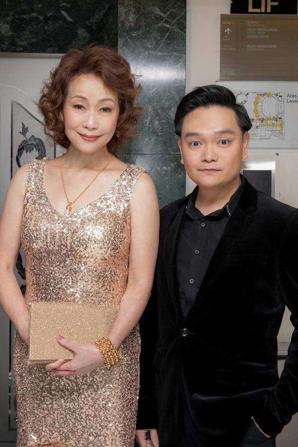 Trịnh Tú Trung chụp hình cùng cựu diễn viên TVB Diệp Đồng.