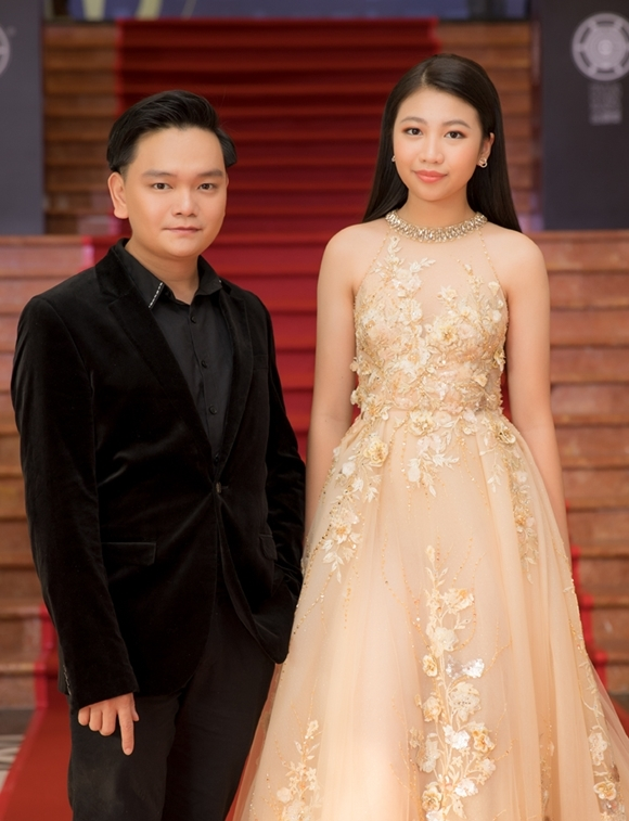 Đồng hành cùng Trịnh Tú Trung trong đêm trao giảiMalaysia Golden Global Awards có Hoa hậu nhí Ngọc Lan Vy.