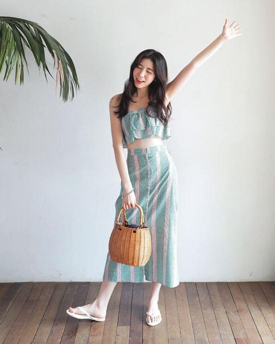 Những chiếc làn tre xinh xắn tưởng chừng chỉ phù hợp với váy áo dòng vintage. Nhưng các nàng vẫn có thể mix chúng cùng các mẫu áo lửng, chân váy hợp mốt mùa hè.