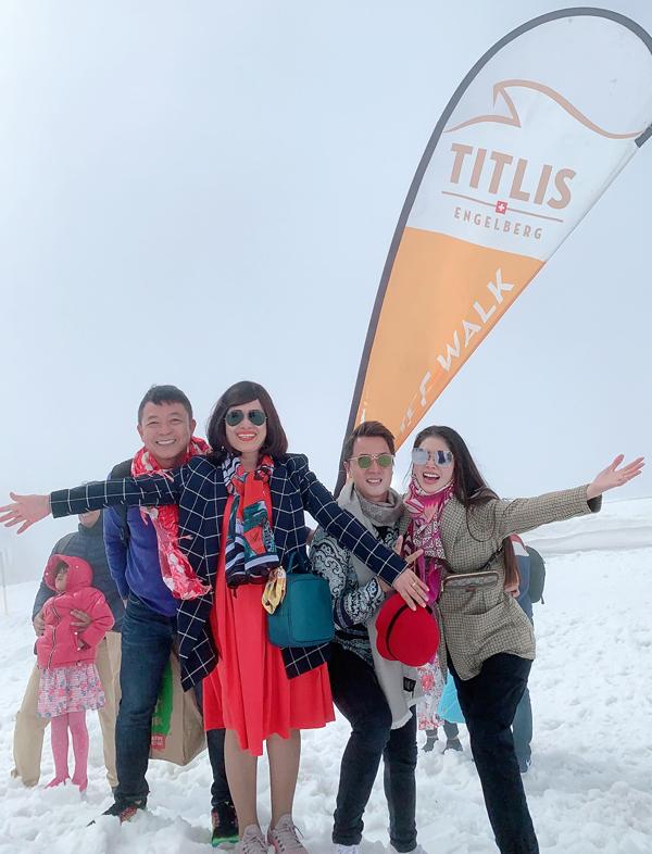 [Caption] Titlis là một trong những đỉnh núi cao thu hút rất đông khách du lịch tới đây bất kể thời điểm nào trong năm. Điểm khiến du khách thích thú khi tới Titlis là việc có thể chứng kiến tuyết rơi giữa mùa hè. Chuyến đi này không chỉ đáng nhớ với vợ chồng Đăng Khôi Thủy Anh mà còn là một món quà thực sự ý nghĩa với cả gia đình. Thủy Anh chia sẻ.