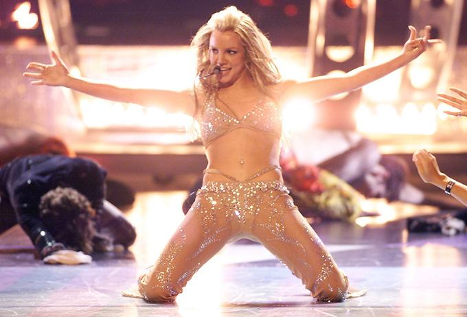 Britney Spears bùng nổ trên sân khấu năm 2000 với bộ đồ diễn màu nude táo bạo, không quên nhấn nhá chi tiết khác biệt ở hông.