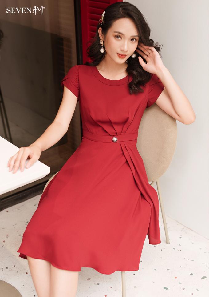 Một kiểu váy công sở kín đáo, nữ tính thanh lịch Seven.AM sáng tạo trong BST mới.