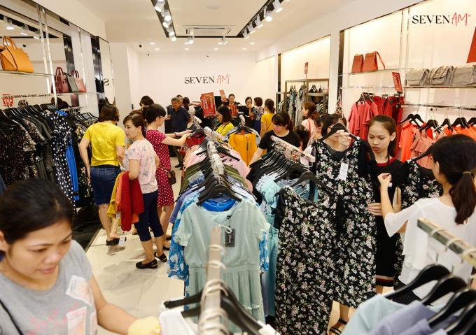 Đông đảo khách hàng tới tham quan mua sắm, tận hưởng ưu đãi trong dịp khai trương