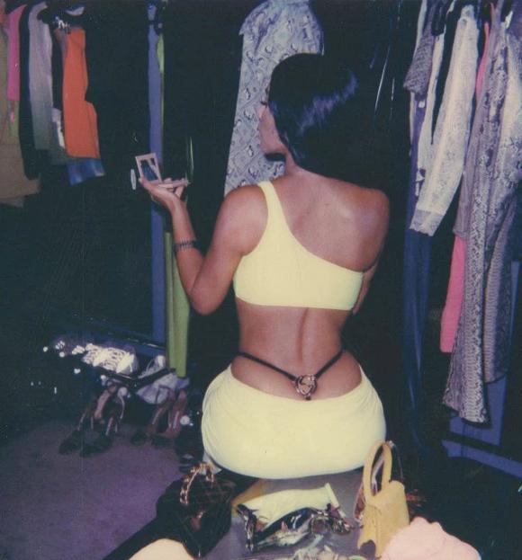 Trước đó, chị gái cùng mẹ khác cha của Kylie - Kim Kardashian - cũng áp dụng mốt tương tự và khoe trên mạng xã hội vào năm ngoái.