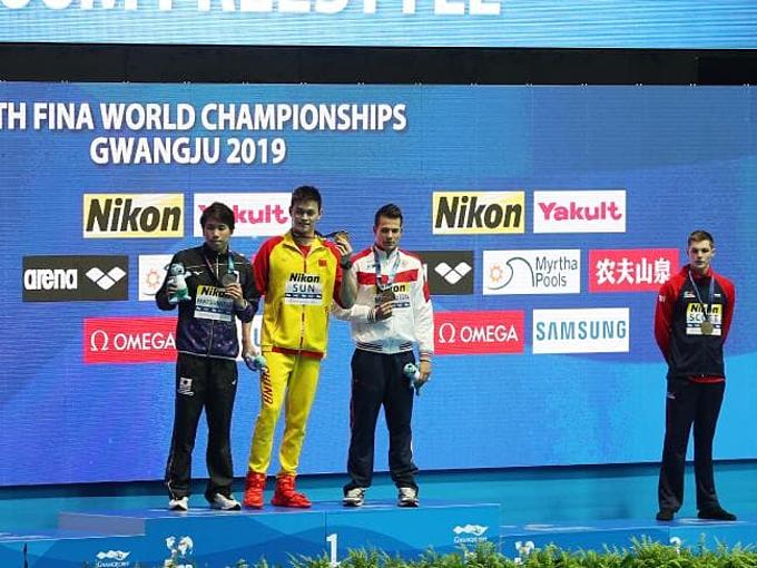 Scott (phải) từ chối chụp ảnh cùng Sun Yang (áo vàng).