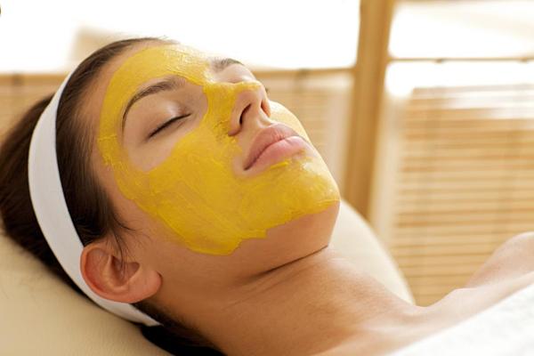 Mặt nạ bột nghệ giúp làm trắng và chống lão hóa da.