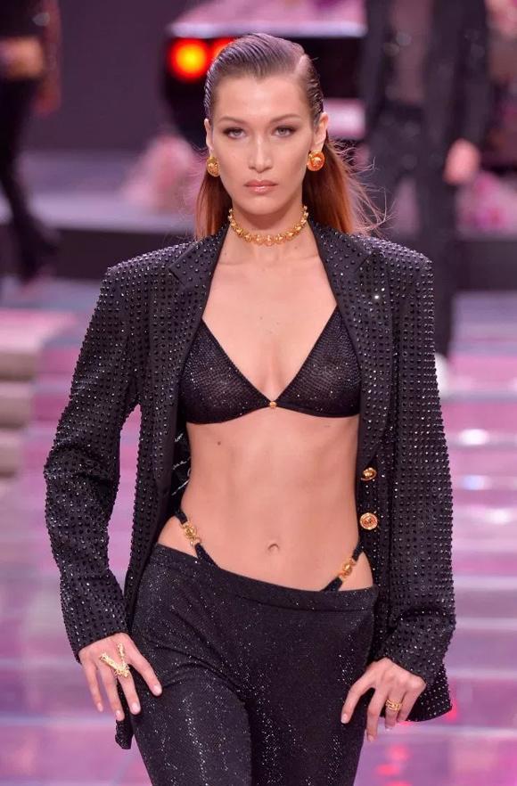 Nhà mốt Versace cũng lăng-xê xu hướng này qua màn trình diễn của mẫu hot Bella Hadid.