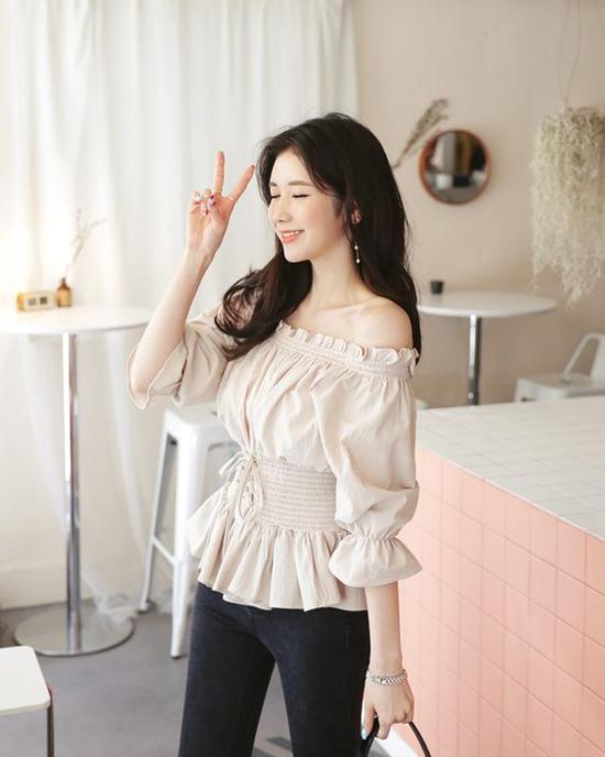 Phần eo gần được như bó chắc, gọn gàng bởi thiết kế lưng chuntrên các dáng áo trễ vai, áo bèo nhún tạo thêm nét mới mẻ cho xu hướng blouse hè 2019.