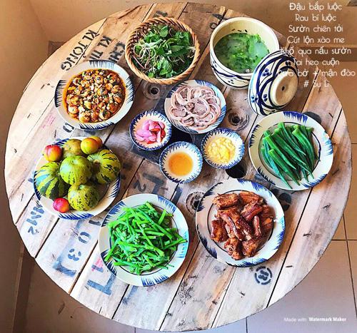 Để chồng con không cảm thấy nhàm chán,Nguyễn Tâm luônchịu khó thay đổi thực đơn, cách chế biến món ăn. Chi phí mâm cơm gia đình của Nguyễn Tâm thường dao động từ 150-200 nghìn đồng.