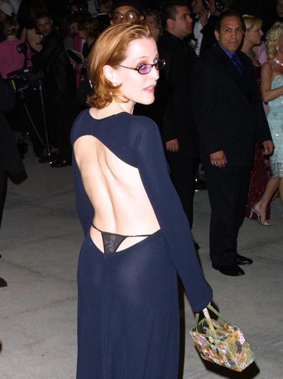 Ngôi sao The X-Files Gillian Anderson được coi là nghệ sĩ tiên phong áp dụng mốt để lộ dây quần chíp trên thảm đỏ vào những năm 1990.