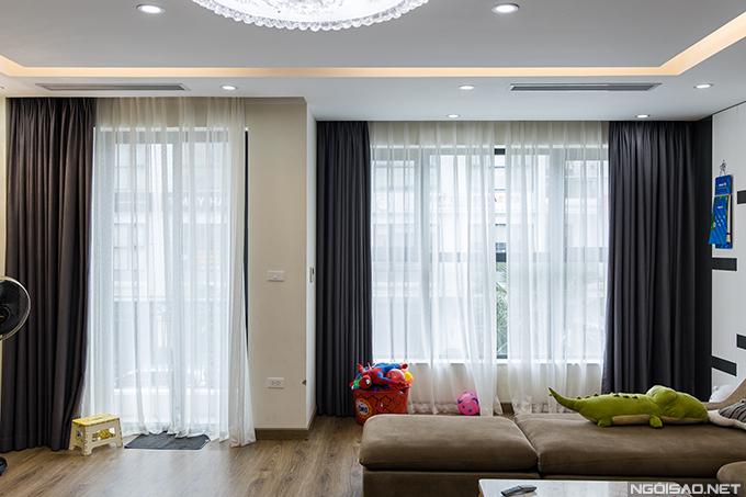 Những ô cửa kính rộng lớn giúp căn phònglúc nào cũng tràn ngập ánh sáng tự nhiên.