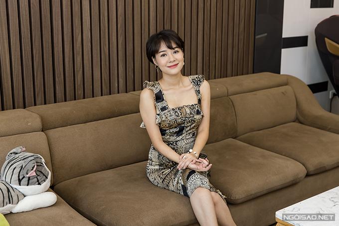 Hoàng Kim Ngọc sinh năm 1990,được nhiều người biết tới sau khi đóng vai Uyên trong phim truyền hình gây sốt Về nhà đi con. Nhân vật của cô gây ấn tượng bởi vẻ xinh đẹp, sắc sảo và cách ứng xử văn minh khi lên cơn ghen với Huệ (Thu Quỳnh). Ở ngoài đời, Kim Ngọc có nhiều điểm tương đồng với Uyên khi cũng là doanh nhân thành đạt và rất độc lập trong cuộc sống. Cô từng theo học trường Sân khấu - Điện ảnh nhưng chọn kinh doanh làm hướng đi chính.