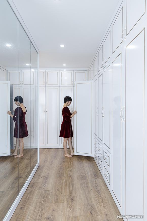 Trong phòng ngủ của vợ chồng Kim Ngọc có một dàn tủ âm tường và gương cỡ lớn để phục vụ sở thích thời trang của cô.