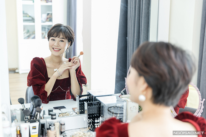 Bàn trang điểm là nơi Hoàng Kim Ngọc dành nhiều thời gian nhất. Cô kinh doanh trong lĩnh vực mỹ phẩm nên rất chú ý đến việc chăm sóc da và giữ gìn hình ảnh.