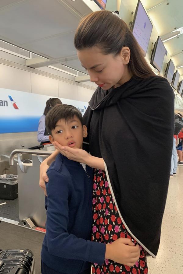 Hồ Ngọc Hà ôm con trai tại sân bay.