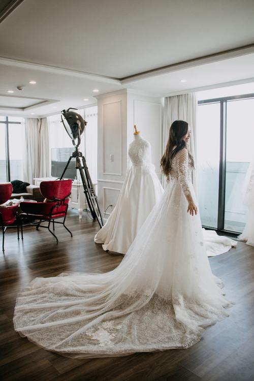 Alexandra Hoang dự tính kết hôn với bạn trai Đỗ Thiên vào đầu năm 2020. Để chuẩn bị cho chiếc váy cưới trong mơ, Lille đã tìm đến thương hiệu Lecia Bridal.