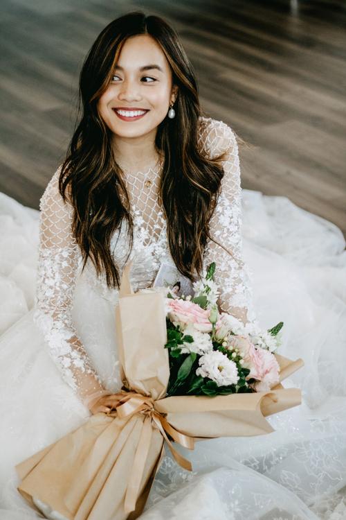 Váy sử dụng tới 5 phôi hoa khác nhau để tạo nên hình khối cho mảng đính kết một cách tự nhiên.