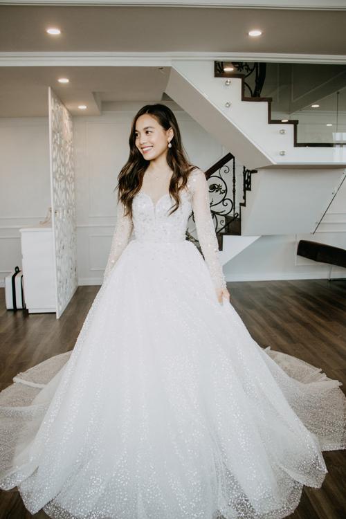 Bộ đầm tiếp theo mà người đẹp diện mng tên Rosyleecó phom dáng bll gown (xòe phồng) được làm từ chất liệu lưới kim s.