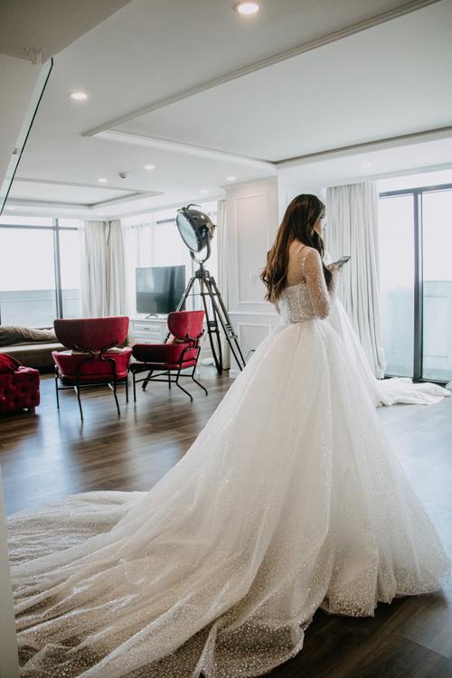 Mặt lưng váy cũng được chú trọng như mặt trước, tạo nên bức tranh về một bầu trời sao, toát lên vẻ đẹp tinh khôi của nàng dâu.