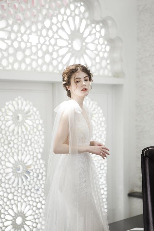 Để từng cái nhấc ty củ cô dâu trở nên uyển chuyển, cầu vi được điểm nơ có tà dài.