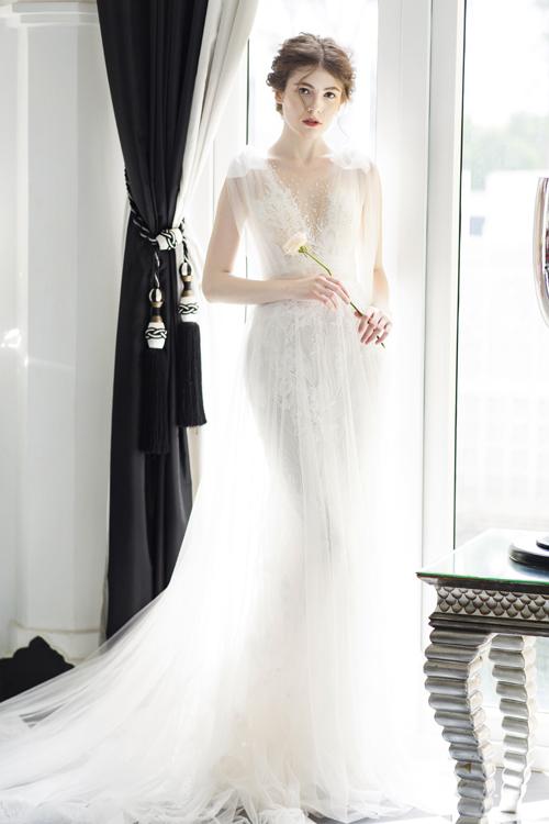 3. Váy phom dáng chữ AThiết kế được tạo dựng với nhiều lớp lng, mặt trong là lớp vải ren, mặt ngoài là vải von, giúp tạo hiệu ứng ẩn hiện lôi cuốn.