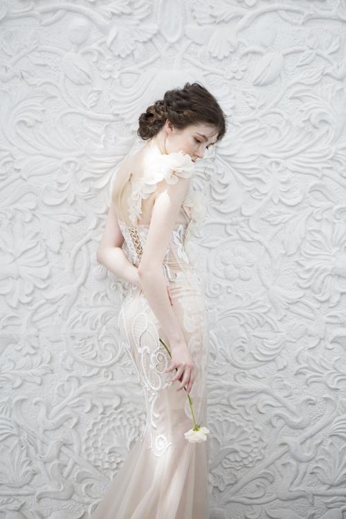 Phí su lưng váy cũng được chú trọng, giúp níu giữ ánh nhìn củ người đối diện.