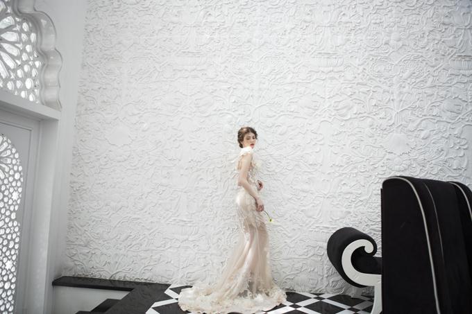 Phần đuôi váy không quá dài, ứng dụng phom dáng váy hiện đại, có sự gọn gàng.