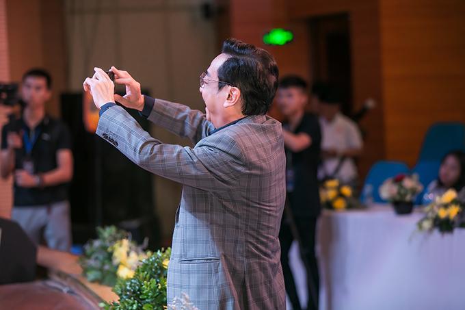 Tại sự kiện, NSND Hoàng Dũng còn hào hứng dùng điện thoại để ghi lại những khoảnh khắc trên sân khấu của Quế Vân.