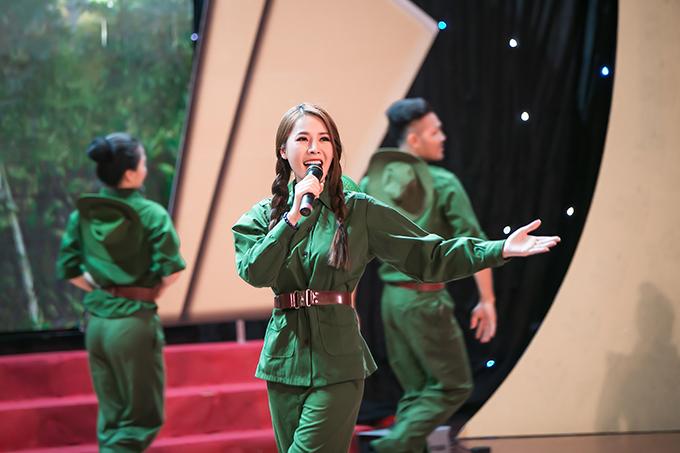 Không chỉ đảm nhận vai trò đại sứ, Quế Vân còn bất ngờ tái xuất sân khấu với ca khúc 'Một đời người một rừng cây'. Đây là lần hiếm hoi cô trở lại công việc ca hát sau 3 năm.