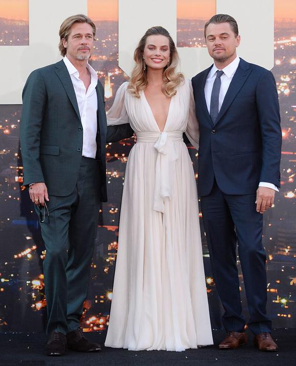 Margot Robbie diện đầm xẻ quyến rũ, tạo dáng bên hai tài tử Brad Pitt và Leonardo DiCaprio trong buổi công chiếu phim Once Upon a Time in Hollywood (Chuyện ngày xưa ở Hollywood). Ba ngôi sao là diễn viên chính của tác phẩm điện ảnh này.