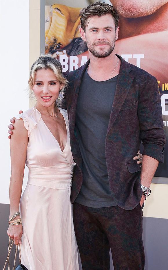 Tài tử Chris Hemsworth và bà xã đến xem phim.