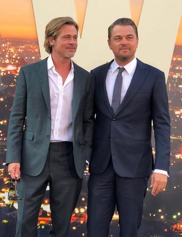Đôi bạn thân Brad Pitt và Leonardo DiCaprio đọ vẻ phong độ ở trung niên. Hai tài tử kết hợp ăn ý khi đóng cặp trong bộ phim về Hollywood thập niên 1970.