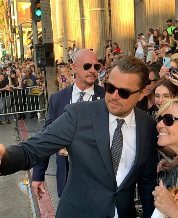 Leonardo nhiệt tình chụp ảnh selfie cùng người hâm mộ.