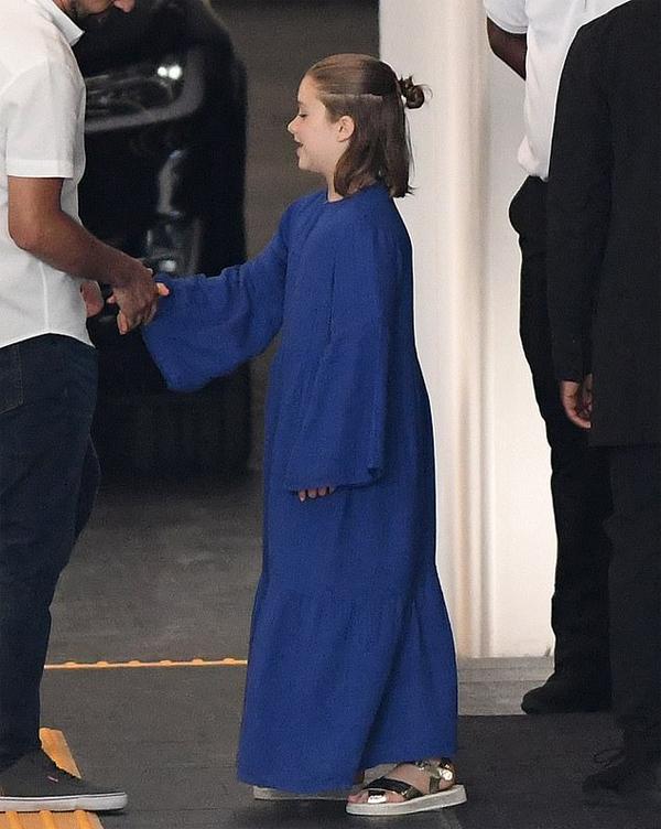 Cô nhóc Harper mặc bộ váy xanh