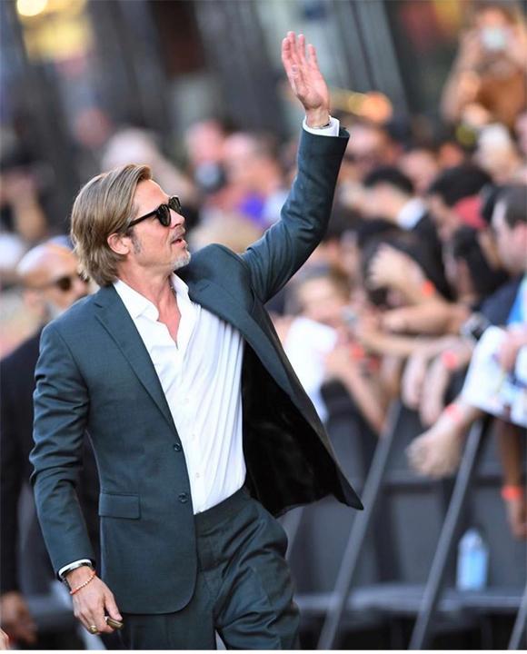 Brad Pitt cũng niềm nở giao lưu với các fan bên ngoài rạp chiếu phim. Sau 3 năm ly hôn Angelina Jolie, Brad đã lấy lại được phong độ vốn có.