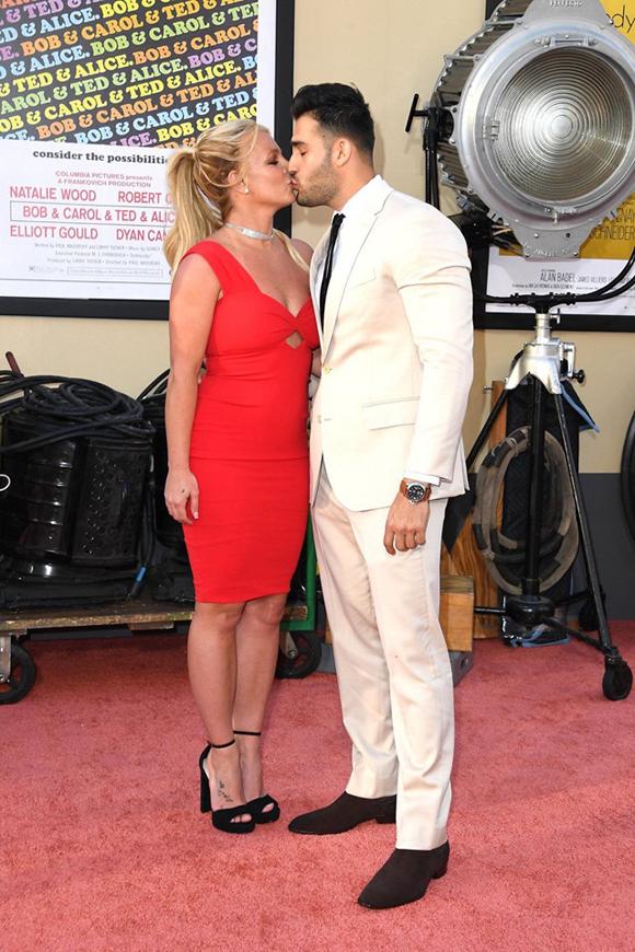 Sau nhiều mối tình chóng váng, Sam là người bạn trai gắn bó lâu nhất với Britney từ năm 2011 đến nay. Mặc dù trước đây cặp đôi chưa từng dự thảm đỏ cùng nhau nhưng hai người luôn quấn quýt ngoài đời. Sam thường được trông thấy đứa giọng ca Toxic đi mua sắm, cafe hoặc tắm biển.