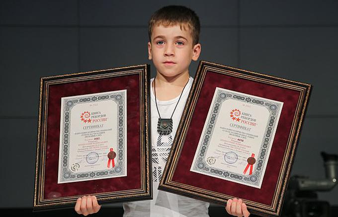 Cậu bé Rahim (6 tuổi, người Chechnya) nhận hai danh hiệu kỷ lục chống đẩy với thành tích 4.183 cái và 4.618 cái. Ảnh: TASS.