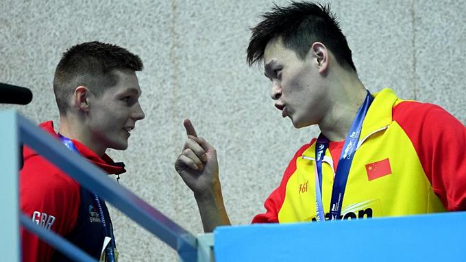 Sun Yang chặn lối và trêu Scott sau khi bị đồng nghiệp từ chối bắt tay.