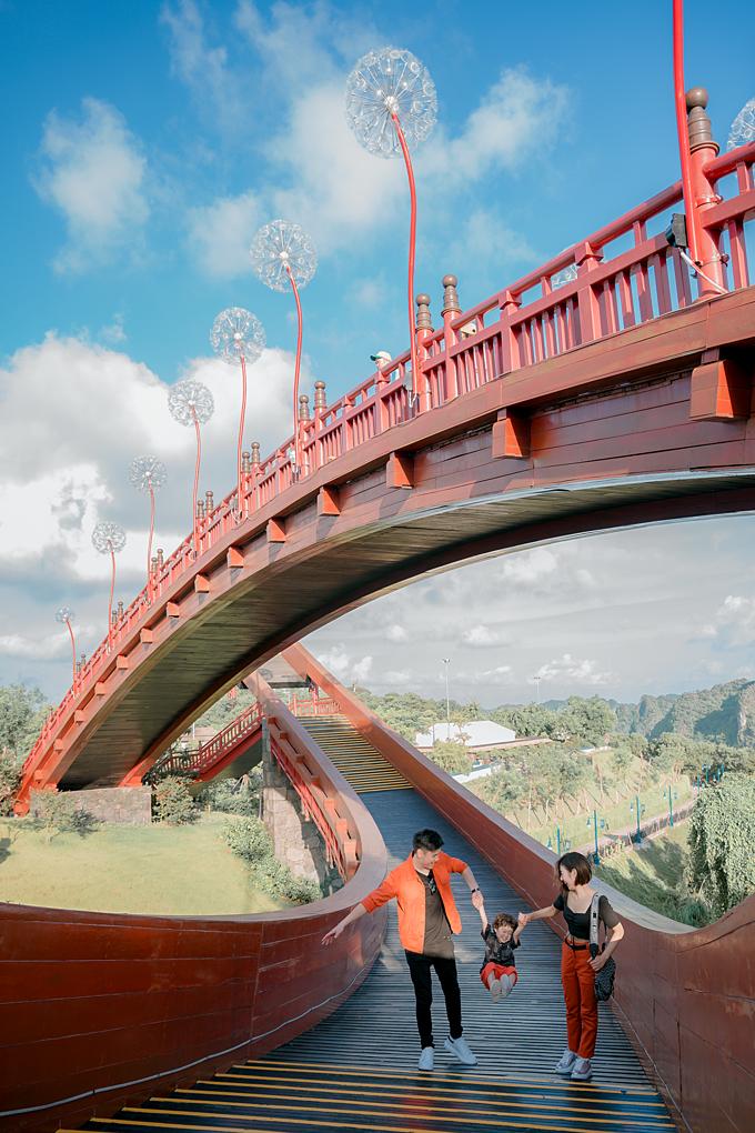 Cầu Koi - một biểu tượng của Sun World Halong Complex, được trang trí bởi những đóa bồ công anh lung linh và thơ mộng.