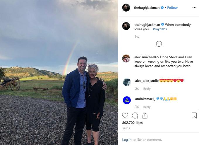 Hugh đăng ảnh tình cảm bên bà xã cùng những lời chú thích ngọt ngào.
