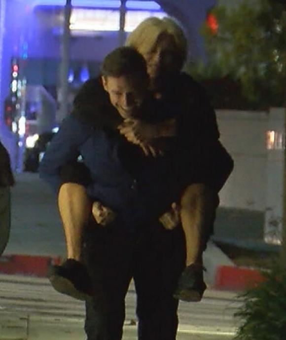 Hugh Jackman cõng vợ trên phố đêm