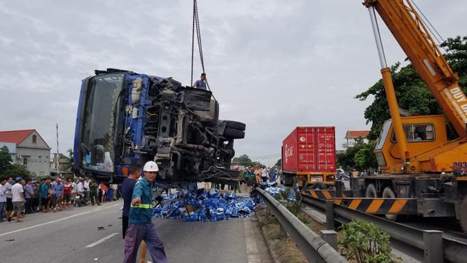 Xe tảiđược cẩu lên, giải phóng mặt bằng đoạn quốc lộ 5 sau tai nạn sáng 23/7.