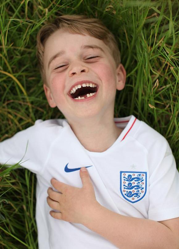 Hoàng tử Louis mặc áo đội tuyển Anh cười toe toét trên bãi cỏ Điện Kensington. Ảnh: Instagram.
