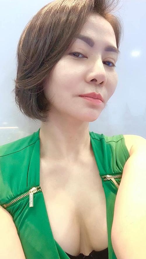 Chế luôn sống với tinh thần tích cực và cái nhìn ngang thân thiện, nhưng sao cứ bắt chế phải nhìn xuống cười khỉnh, ca sĩ Thu Minh dí dỏm bình luận về bức ảnh selfie của mình.